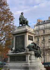 Памятник Дюма в Париже.
